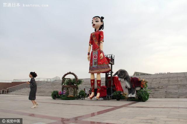 提线木偶悬在地面上